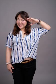 Matura bella donna d'affari asiatica