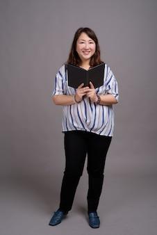 Maturo bella asiatica imprenditrice azienda libro