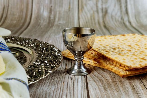 Matza, tallit e kosher kiddush su fondo di legno.