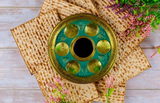 Matzah ebraica, kiddush e seder con testo in uovo ebraico, osso, erbe, karpa, chazeret e charoset. concetto di pasqua.