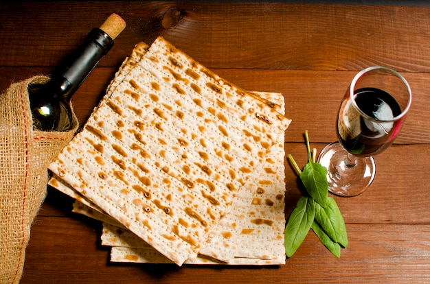 Matzo kosher ebraico tradizionale per pasqua pesah su una linguetta di legno