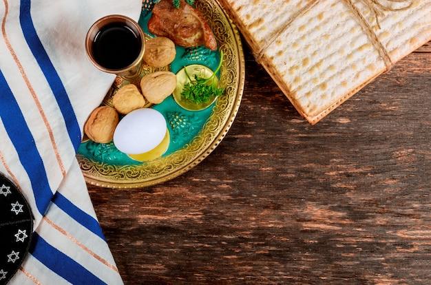 Matzo per la pasqua ebraica con seder sul piatto sul tavolo vicino