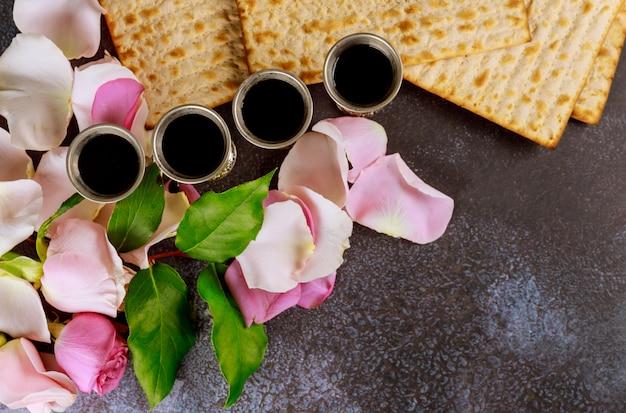 Matzoh festa ebraica festa ebraica matzoh con su kiddush quattro tazze di vino rosso kosher