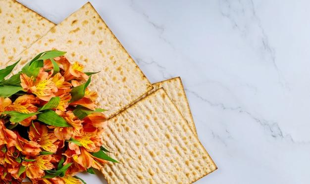Matzos della celebrazione della pasqua ebraica con pane azzimo matzo