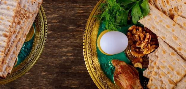 Matzot ebreo di passover di festa con seder sul piatto sulla fine della tavola su