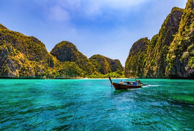 Maya bay è una delle spiagge più famose di phi phi lay.
