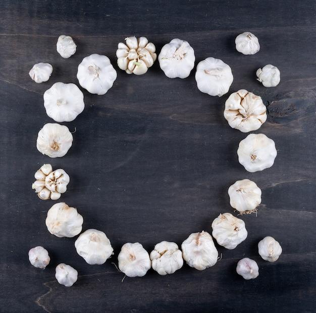 Mazzi di aglio che formano una vista dall'alto del cerchio