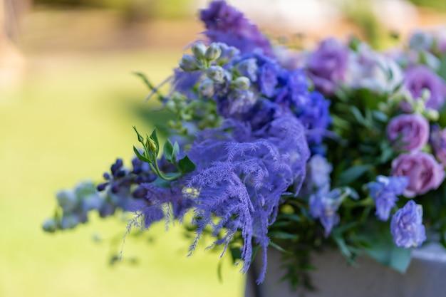 Mazzi di fiori freschi decorazione della tavola festiva. festeggiamo una festa all'aperto. dettagli di arredamento