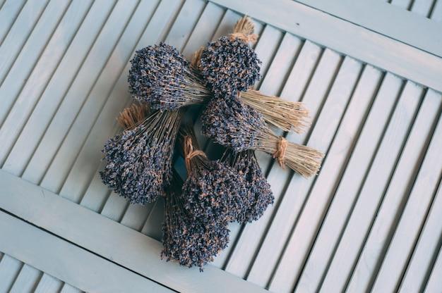 Mazzi di lavanda secca su fondo di legno.