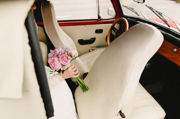 Mazzi nuziali colorati con fiori che escono auto
