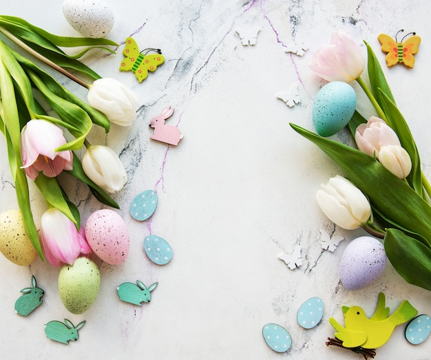 Mazzo decorativo delle uova di pasqua e dei tulipani