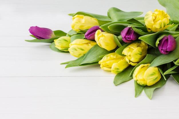 Mazzo dei fiori della molla sulla tavola di legno bianca.