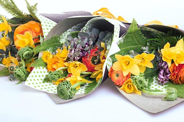 Mazzo dei fiori di ranunkulyus su bianco