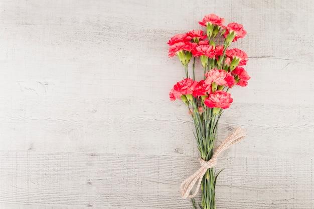 Mazzo dei fiori di vista superiore su fondo di legno