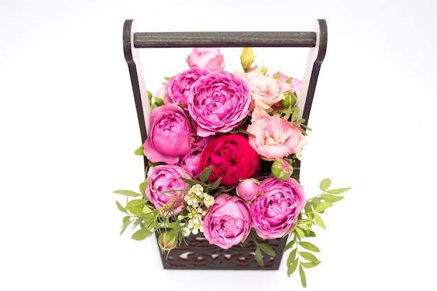 Mazzo dei fiori in una scatola isolata