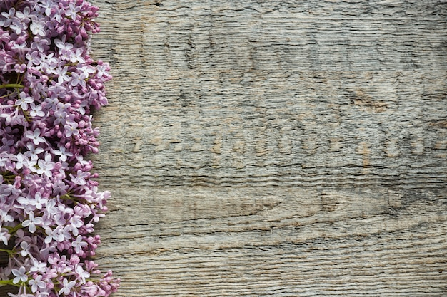 Mazzo dei fiori lilla su fondo di legno. copia spazio