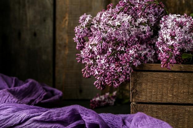 Mazzo dei fiori lilla su una vecchia scatola