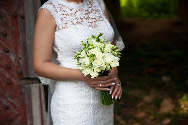 Mazzo del fiore di nozze della tenuta della sposa delle rose.