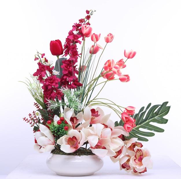Mazzo del fiore rosso artificiale del tulipano rosso fondo variopinto e bianco