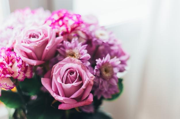 Mazzo del lillà dentellare del primo piano, fiori - rose, gerberas