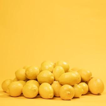 Mazzo del primo piano di limoni grezzi