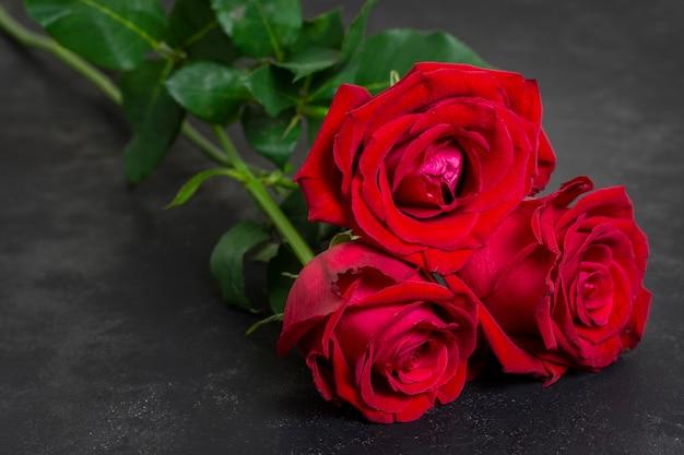 Mazzo del primo piano di rose rosse graziose