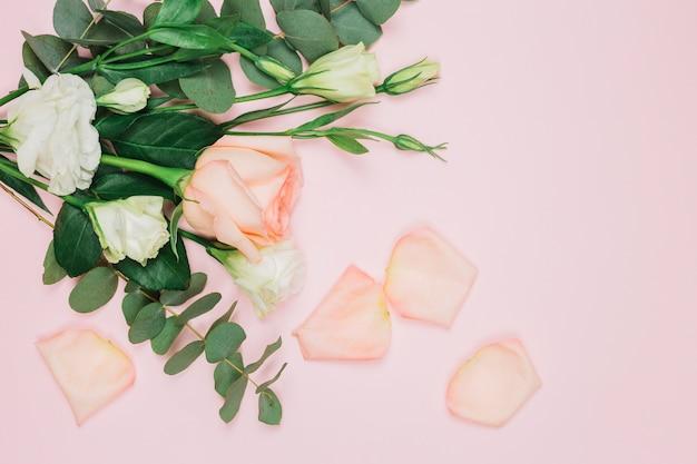 Mazzo della rosa di rosa e del fiore di eustoma sul contesto rosa