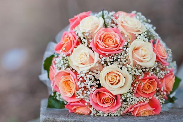 Mazzo della sposa eseguito dalle rose rosa-chiaro e beige