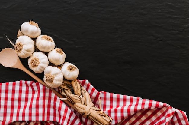Mazzo di aglio e cucchiaio sul tovagliolo