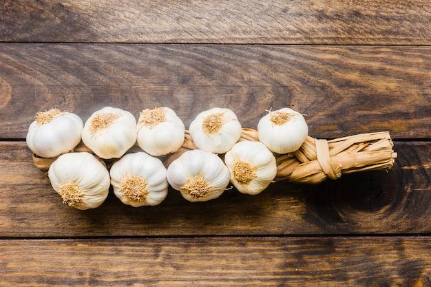 Mazzo di aglio fresco