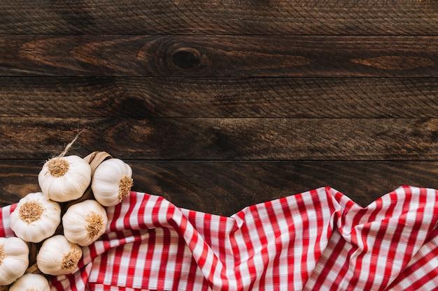 Mazzo di aglio sul tovagliolo