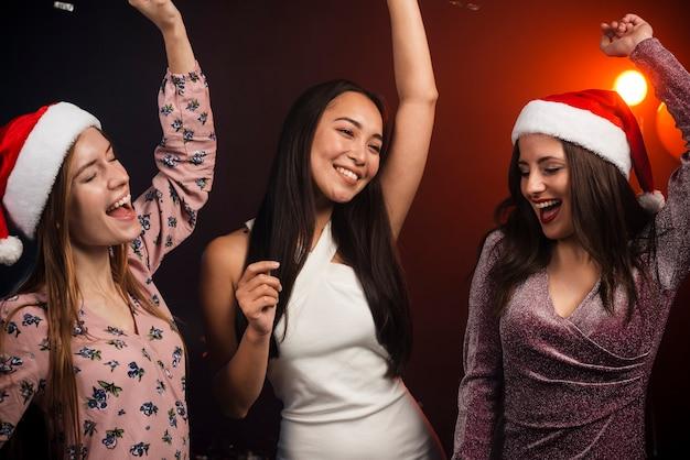 Mazzo di amici che ballano alla festa