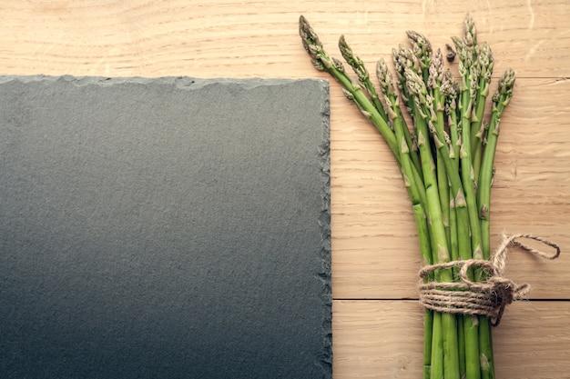 Mazzo di asparagi con bordo nero per nota