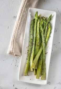 Mazzo di asparagi cotti