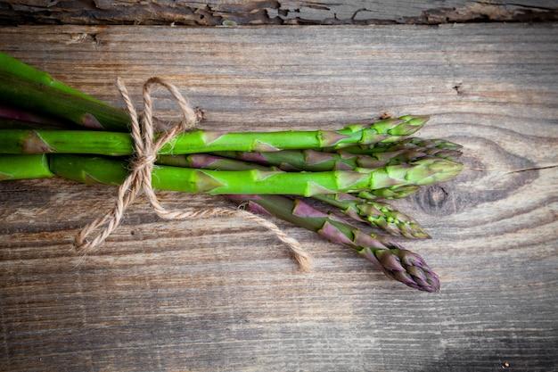 Mazzo di asparagi vista dall'alto su uno sfondo di legno