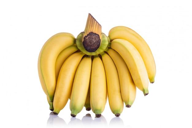 Mazzo di banana gialla cavendish. colpo dello studio isolato su fondo bianco