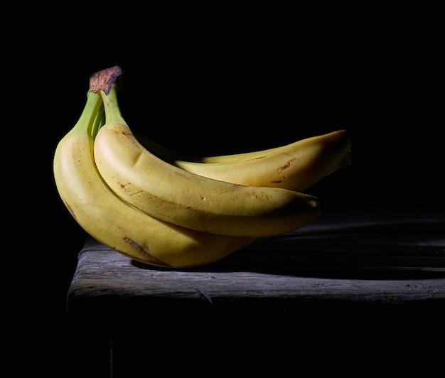 Mazzo di banane mature non sbucciate gialle
