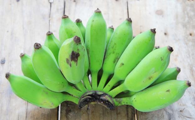 Mazzo di banane verdi crude