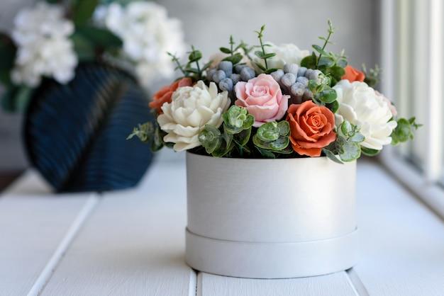 Mazzo di bei fiori rosa luminosi in una scatola di cartone cilindrica del regalo