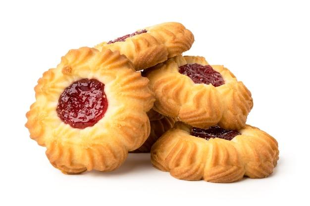 Mazzo di biscotti con marmellata su bianco, isolato.