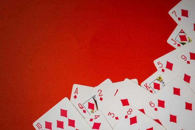 Mazzo di carte usato come un angolo