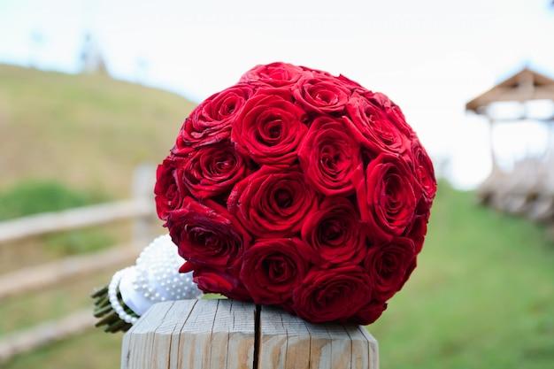 Mazzo di cerimonia nuziale dei fiori di fioritura freschi