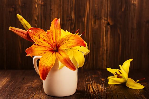 Mazzo di fiori arancioni e gialli lilly