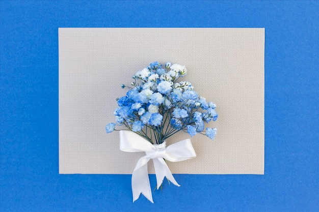 Mazzo di fiori bianco-blu di gypsophila.