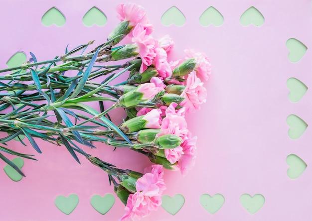 Mazzo di fiori con cuori tagliati su carta