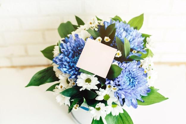 Mazzo di fiori con un adesivo bianco