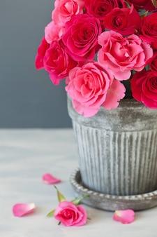 Mazzo di fiori di bella rosa rossa in vaso