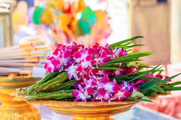 Mazzo di fiori di orchidea nel vassoio per l'offerta