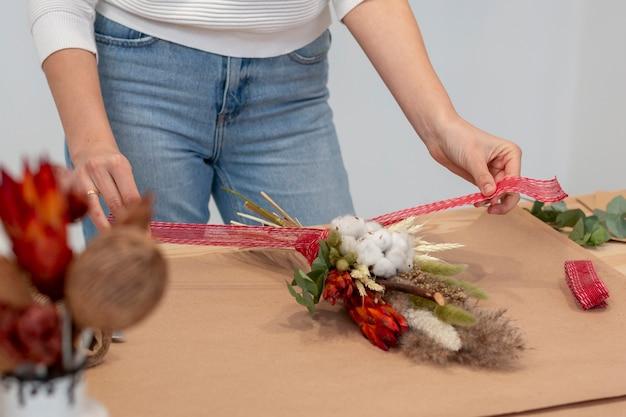 Mazzo di fiori e carta da imballaggio