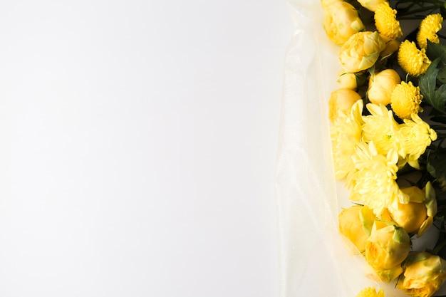 Mazzo di fiori gialli di vista laterale